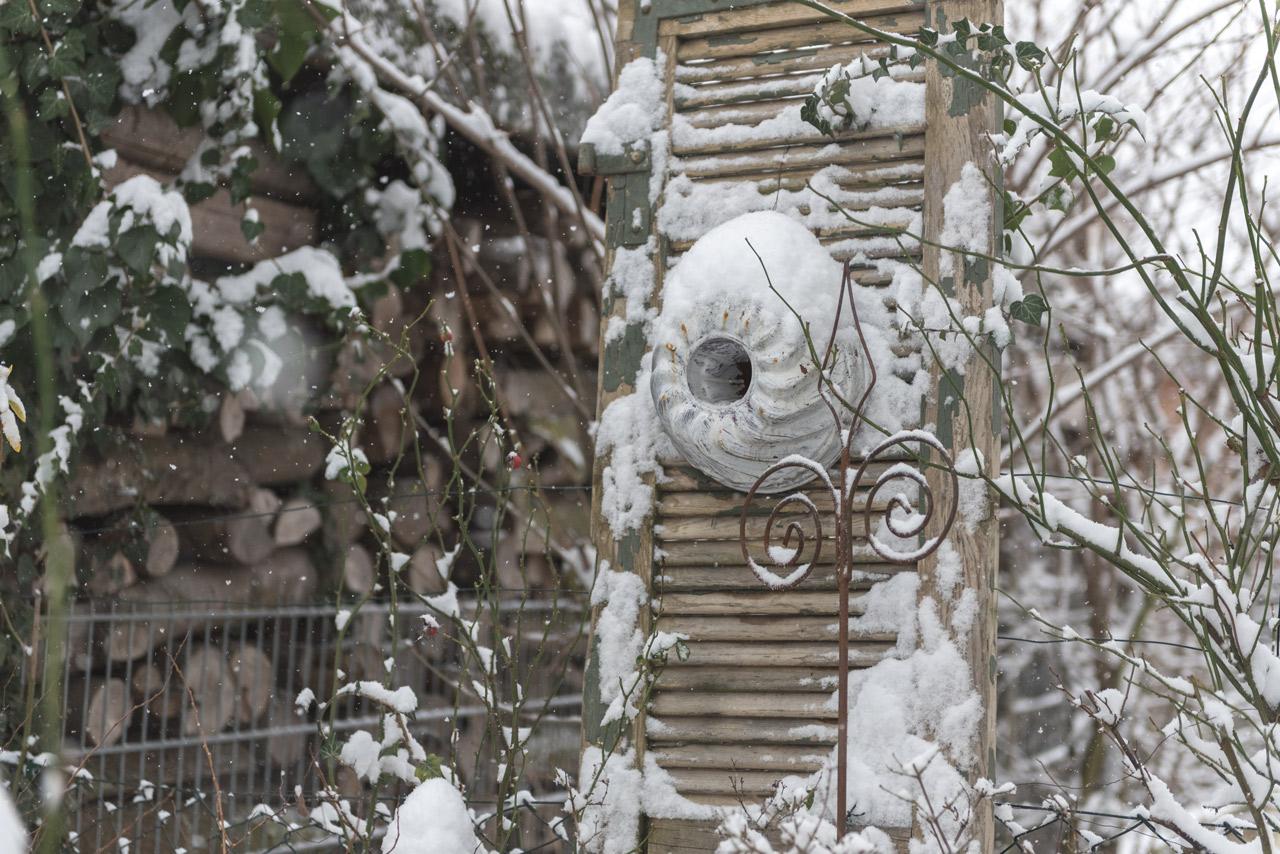 Verschneiter Garten im Dezember
