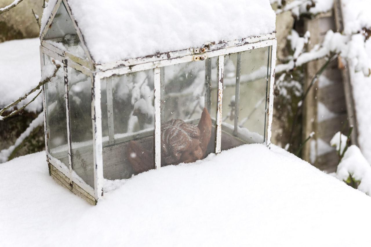 Gartendekoration im Winter bei Schnee